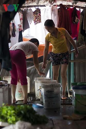 """""""Chốn ngủ"""" của những lao động nghèo dưới gầm cầu Long Biên - ảnh 17"""