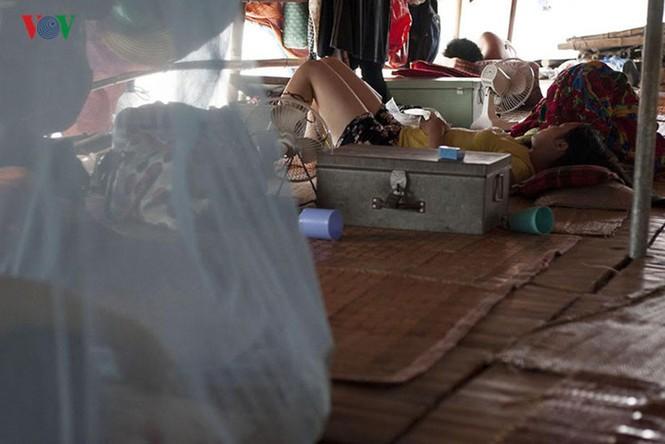 """""""Chốn ngủ"""" của những lao động nghèo dưới gầm cầu Long Biên - ảnh 8"""
