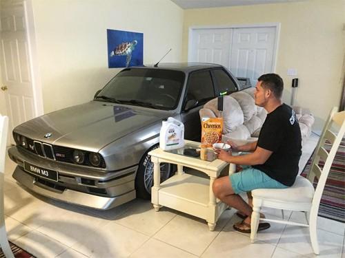 Cất ôtô vào phòng khách để tránh bão - ảnh 1