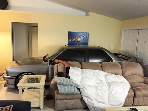 Cất ôtô vào phòng khách để tránh bão - ảnh 2