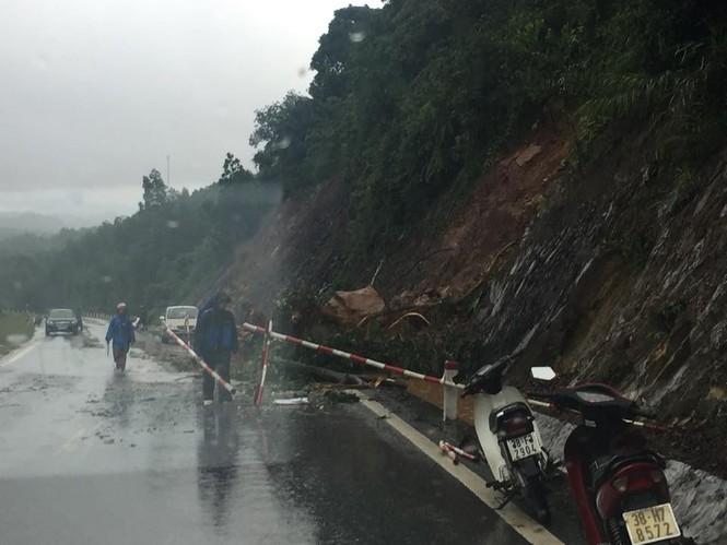 Hàng vạn căn nhà ở Hà Tĩnh chìm trong nước, 2 người tử vong - ảnh 4