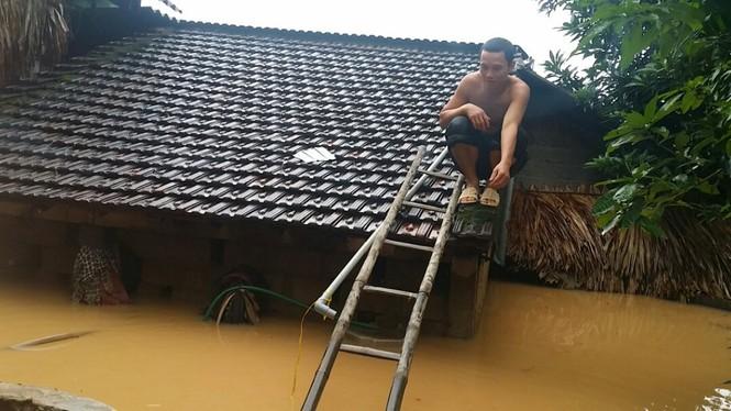 Hàng vạn căn nhà ở Hà Tĩnh chìm trong nước, 2 người tử vong - ảnh 1
