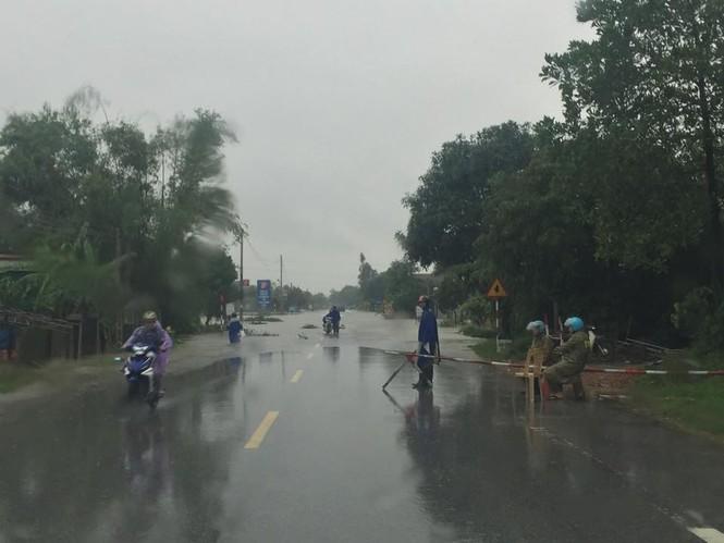Hàng vạn căn nhà ở Hà Tĩnh chìm trong nước, 2 người tử vong - ảnh 6