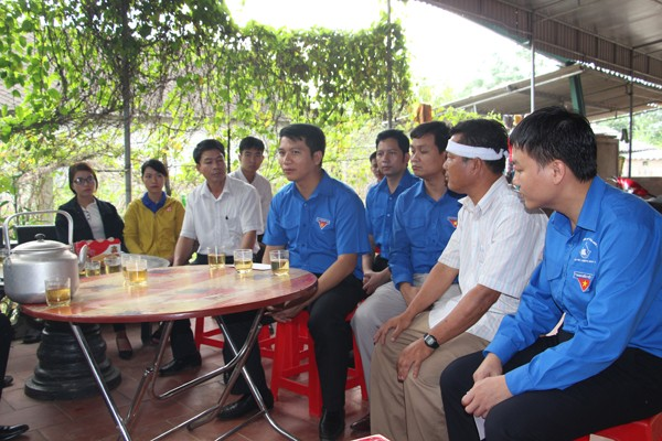 Bí thư Trung ương Đoàn thăm, tặng quà nhân dân bị lũ lụt tại Nghệ An  - ảnh 1