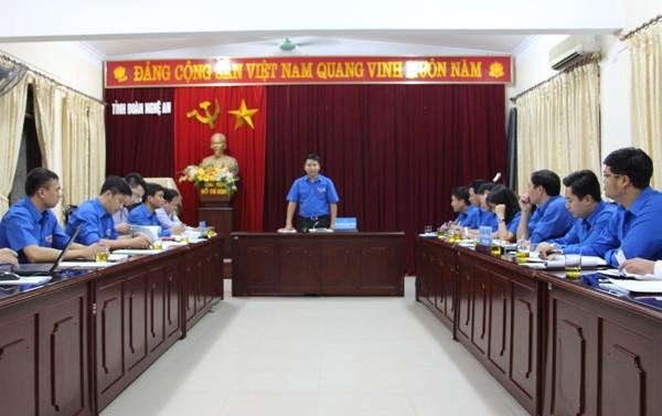 Bí thư Trung ương Đoàn thăm, tặng quà nhân dân bị lũ lụt tại Nghệ An  - ảnh 2