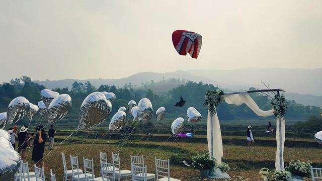Cô dâu, chú rể đáp dù lượn tới... đám cưới ở Hà Nội - ảnh 11