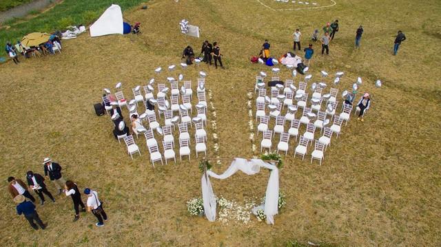 Cô dâu, chú rể đáp dù lượn tới... đám cưới ở Hà Nội - ảnh 4