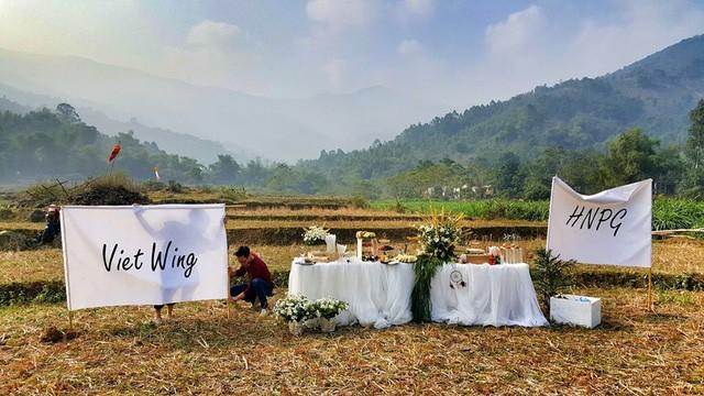 Cô dâu, chú rể đáp dù lượn tới... đám cưới ở Hà Nội - ảnh 5