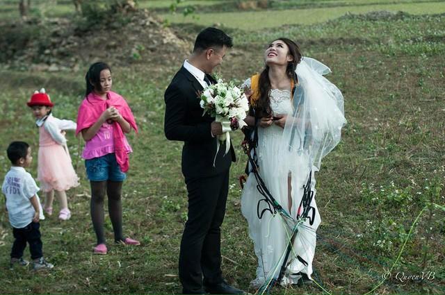 Cô dâu, chú rể đáp dù lượn tới... đám cưới ở Hà Nội - ảnh 6