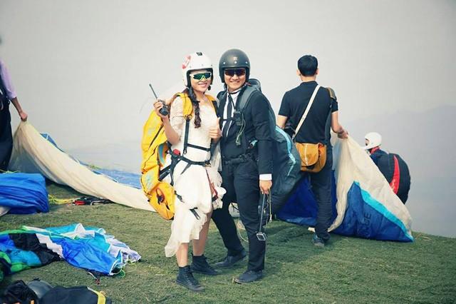 Cô dâu, chú rể đáp dù lượn tới... đám cưới ở Hà Nội - ảnh 7