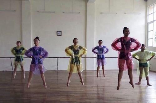 Mặc áo mưa vào trường múa nhảy giảm cân - ảnh 1