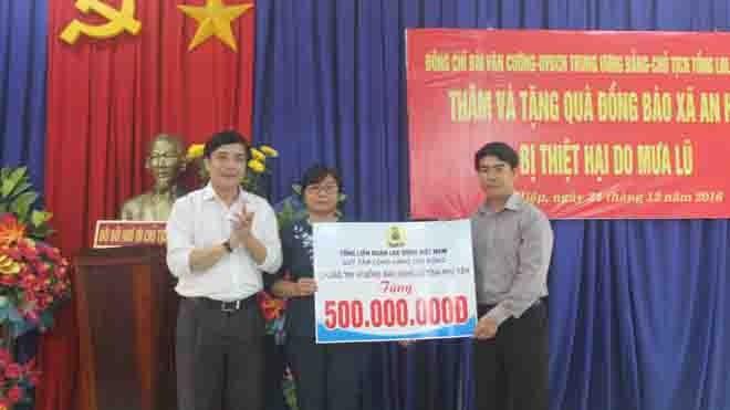 Trao tặng 500 triệu đồng giúp tỉnh Phú Yên khắc phục lũ lụt - ảnh 2