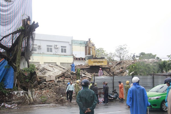 Sập tòa nhà đang phá dở, ít nhất 2 người thiệt mạng - ảnh 1