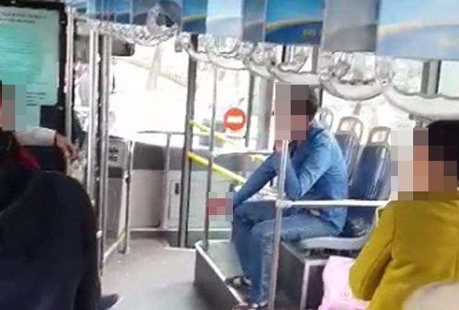 Đánh nhau náo loạn trên xe buýt ở Hà Nội - ảnh 1