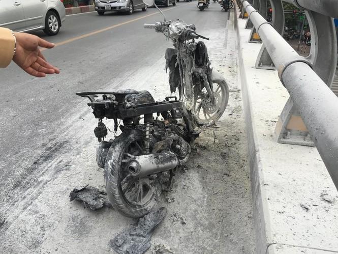 Hà Nội: Xe máy bốc cháy ngùn ngụt trên cầu vượt - ảnh 1