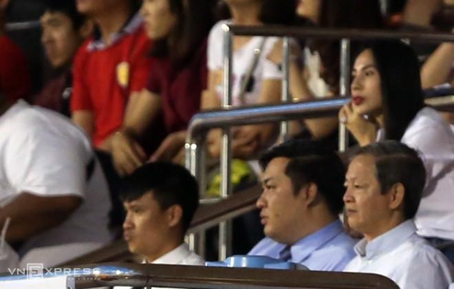 Công Vinh - Thuỷ Tiên phấn khích trong trận đấu của TP HCM - ảnh 2