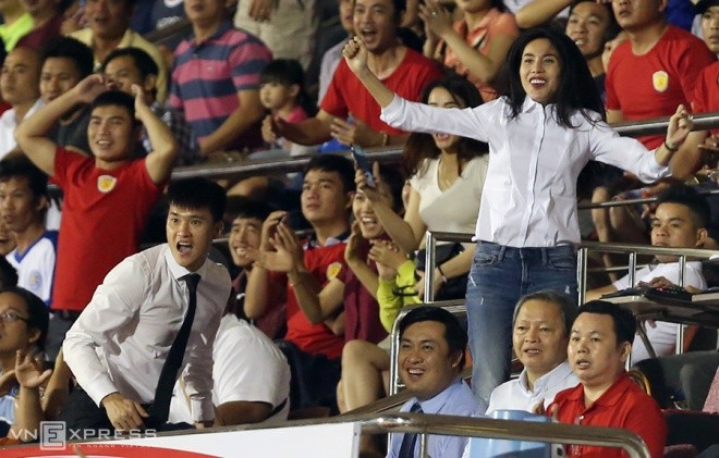Công Vinh - Thuỷ Tiên phấn khích trong trận đấu của TP HCM - ảnh 8