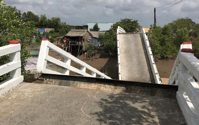 Sà lan tông sập cầu ở Cà Mau, 4 người bị thương nặng - ảnh 1