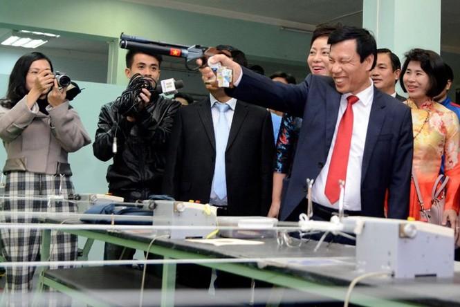 Bộ trưởng thử tài bắn súng, Hoàng Xuân Vinh tròn mắt - ảnh 1