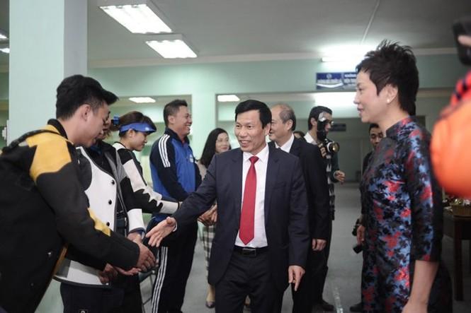 Bộ trưởng thử tài bắn súng, Hoàng Xuân Vinh tròn mắt - ảnh 3
