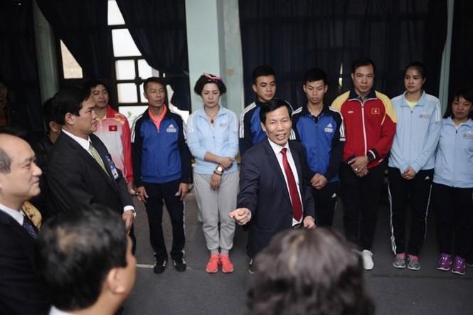 Bộ trưởng thử tài bắn súng, Hoàng Xuân Vinh tròn mắt - ảnh 5