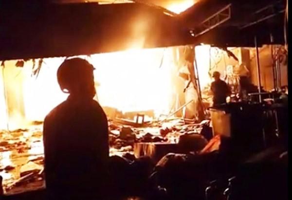 Cháy chợ ở Gia Lai suốt 7 tiếng, hàng chục sạp hàng thành tro than - ảnh 1