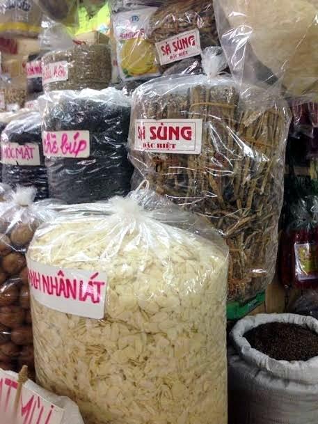'Hải sản nhà giàu' sá sùng chất đống bán ở chợ Đồng Xuân - ảnh 1