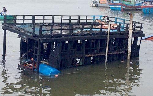 Tàu chứa 30.000 lít dầu cháy rụi ở Quảng Ngãi - ảnh 1
