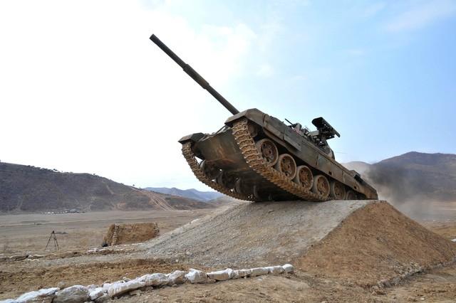 Ông Kim Jong-un ca ngợi sức mạnh của xe tăng Triều Tiên - ảnh 6