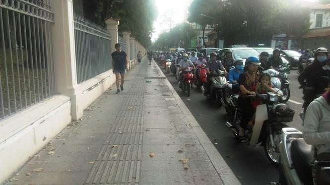 Vỉa hè thông thoáng, xe máy giành đường với người đi bộ  - ảnh 18