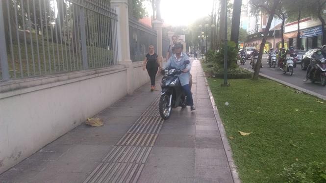 Vỉa hè thông thoáng, xe máy giành đường với người đi bộ  - ảnh 2