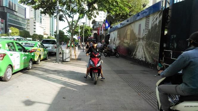 Vỉa hè thông thoáng, xe máy giành đường với người đi bộ  - ảnh 4