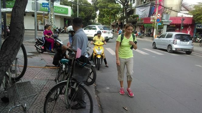 Vỉa hè thông thoáng, xe máy giành đường với người đi bộ  - ảnh 7