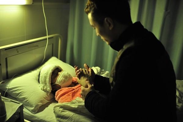 Rớt nước mắt cảnh chàng trai quỳ gối cầu hôn bạn gái mắc bệnh hiểm nghèo - ảnh 1
