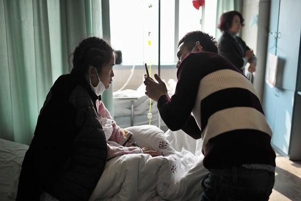 Rớt nước mắt cảnh chàng trai quỳ gối cầu hôn bạn gái mắc bệnh hiểm nghèo - ảnh 2