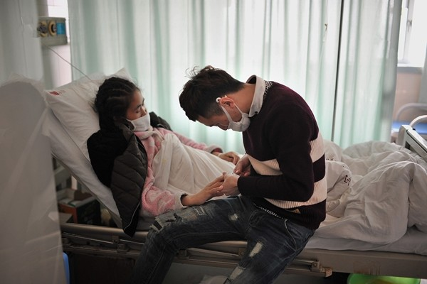 Rớt nước mắt cảnh chàng trai quỳ gối cầu hôn bạn gái mắc bệnh hiểm nghèo - ảnh 4
