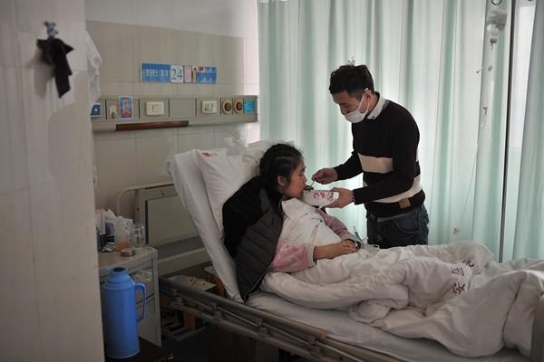 Rớt nước mắt cảnh chàng trai quỳ gối cầu hôn bạn gái mắc bệnh hiểm nghèo - ảnh 5