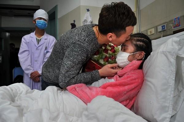 Rớt nước mắt cảnh chàng trai quỳ gối cầu hôn bạn gái mắc bệnh hiểm nghèo - ảnh 6