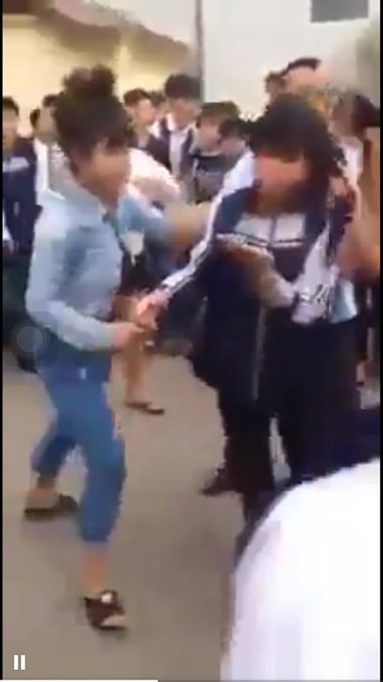 Nữ sinh lại bị túm tóc bắt quỳ gối ngay cổng trường - ảnh 2