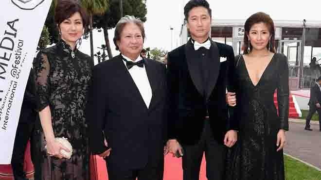 Sao võ thuật Hồng Kim Bảo sánh đôi vợ ở Cannes - ảnh 1