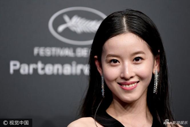 Sao võ thuật Hồng Kim Bảo sánh đôi vợ ở Cannes - ảnh 7