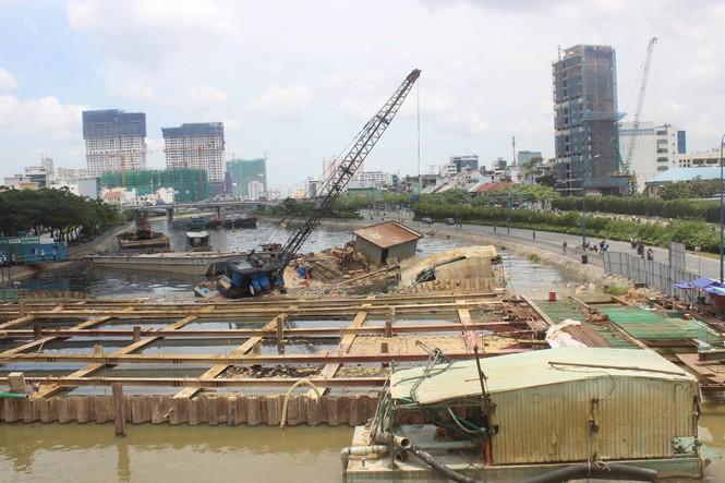 Đứt cáp neo, xà lan đè chìm thuyền trên kênh Tàu Hủ - ảnh 1