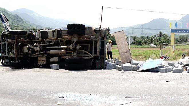 Xe khách chở hàng chục người gây tai nạn liên hoàn, tài xế tử vong - ảnh 1