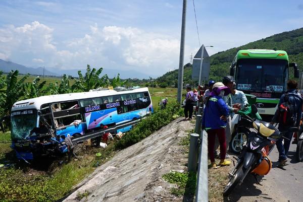 Xe khách chở hàng chục người gây tai nạn liên hoàn, tài xế tử vong - ảnh 2