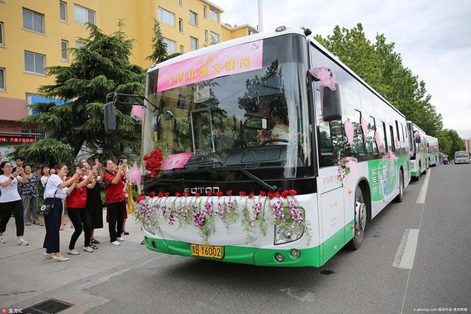 Cô dâu Trung Quốc lái xe buýt đi 'đón rể' - ảnh 6