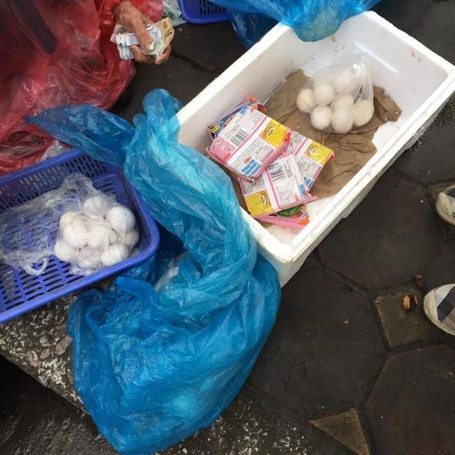Cụ bà đội mưa bán trứng và quan điểm làm từ thiện - ảnh 1