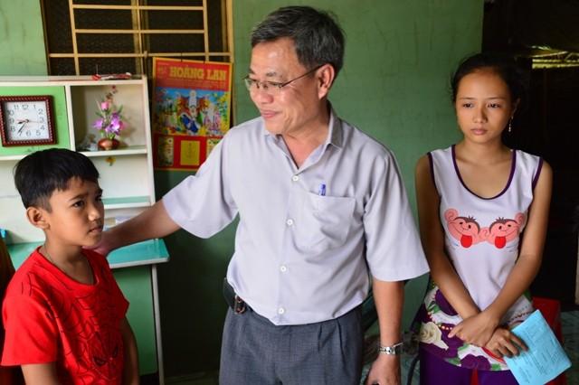 Nữ sinh mồ côi bỏ thi lớp 10 để đi làm kiếm tiền nuôi em - ảnh 2