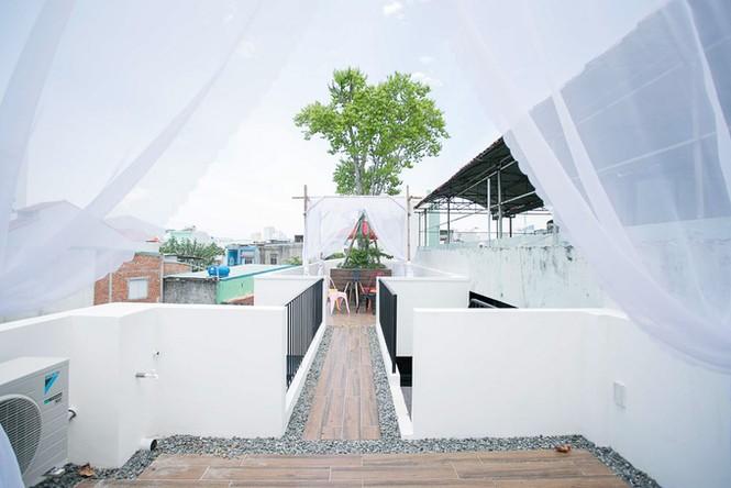 Ngôi nhà ống ở Đà Nẵng đẹp lạ dù bị 'cắt' làm 3 khúc - ảnh 12
