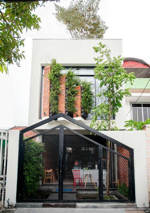 Ngôi nhà ống ở Đà Nẵng đẹp lạ dù bị 'cắt' làm 3 khúc - ảnh 1