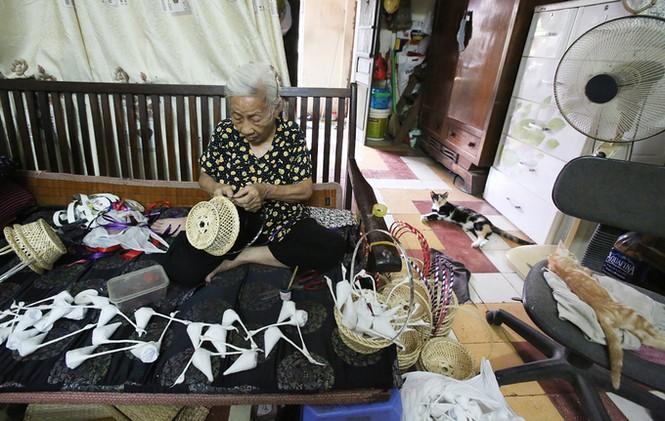 Người phụ nữ hơn 70 năm làm thiên nga bông ở Hà Nội - ảnh 2